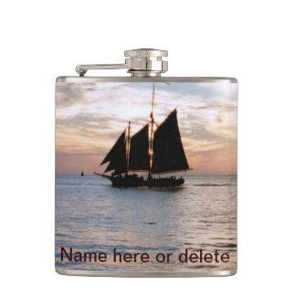 帆船の穏やかな海の壮麗な日没のフラスコ フラスク