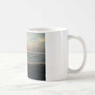帝国ビーチ、カリフォルニアのたそがれ コーヒーマグカップ
