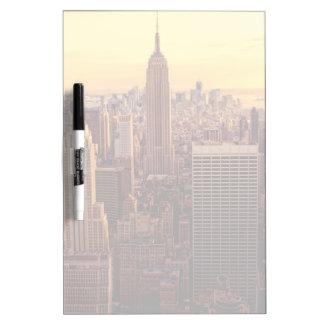 帝国国家が付いているニューヨークのスカイライン都市 ホワイトボード