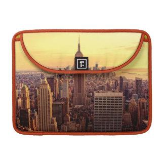 帝国国家が付いているニューヨークのスカイライン都市 MacBook PROスリーブ