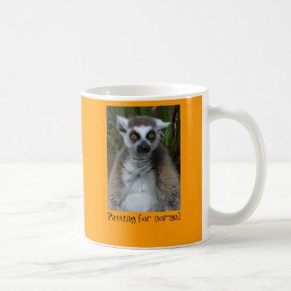 常態のために渡っているlemur コーヒーマグカップ