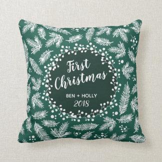 常緑の名前入り結婚する初めてのクリスマス クッション
