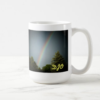 """""""常緑樹上の虹""""のあなたのイニシャル コーヒーマグカップ"""