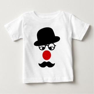 帽子およびピエロの鼻を持つ髭の人 ベビーTシャツ