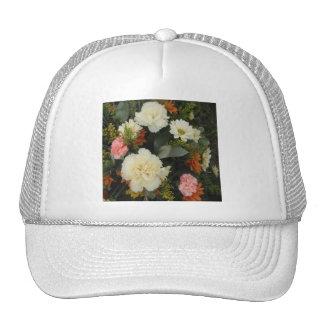 帽子のカーネーションの花束 トラッカーキャップ
