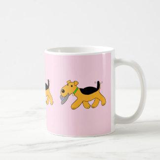 帽子のマグを持つかわいいのAiredaleテリア犬 コーヒーマグカップ