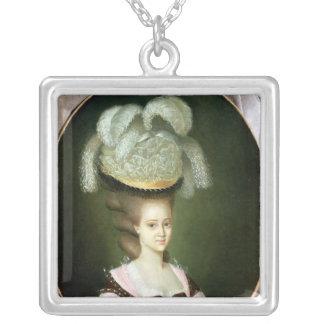 帽子の女性のポートレート シルバープレートネックレス