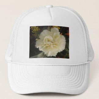 帽子の白いカーネーションの美しい キャップ