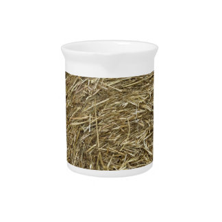 干し草の背景の大きいロール ピッチャー