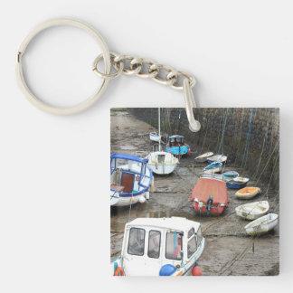 干潮の港のボート キーホルダー