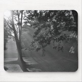 平らなマウスパッド-。 白黒の霧深い森林 マウスパッド