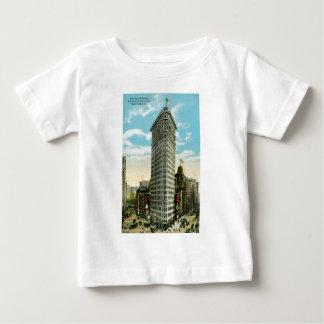 平らな鉄の建物。 ブロードウェイおよび第5 Ave。 NYC ベビーTシャツ