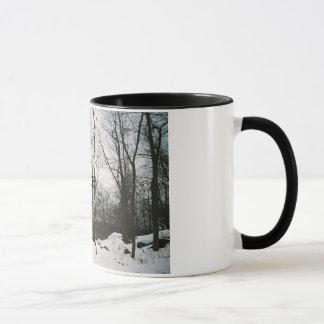 平和な白黒冬場面 マグカップ
