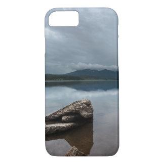 平和なmountain湖の眺め iPhone 8/7ケース