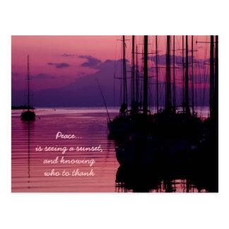 平和感謝した感謝している紫色の日没によっては湾がヨットに乗ります ポストカード