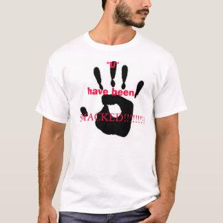 平手で打たれる Tシャツ