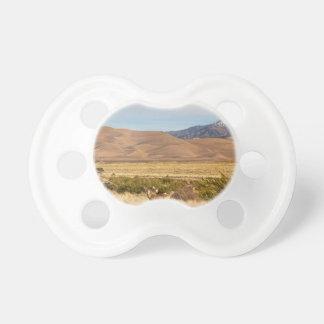平野の素晴らしいコロラド州の砂丘のシカ おしゃぶり