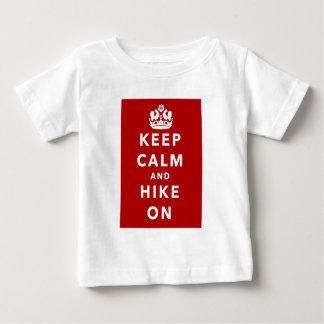 平静およびハイキングを保って下さい ベビーTシャツ