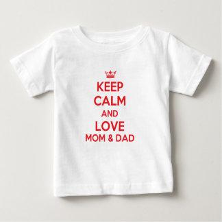 平静および愛お母さんおよびパパのTシャツを保って下さい ベビーTシャツ