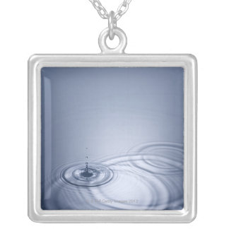 平静に落ちる水の独身のなしぶき シルバープレートネックレス