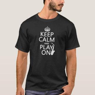 平静を保ち、で遊んで下さい(サクソフォーン) (どの色でも) Tシャツ
