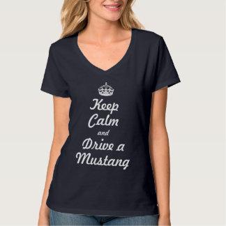平静を保ち、ムスタングを運転して下さい Tシャツ