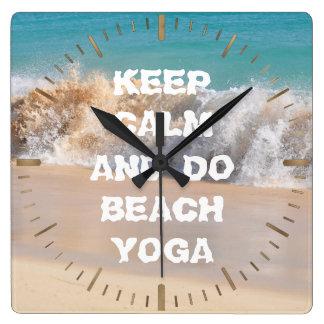 平静を保ち、ヨガの活気づけるな単語を浜に引き上げて下さい スクエア壁時計