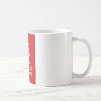 平静を保ち、ラブラドル・レトリーバー犬を抱き締めて下さい コーヒーマグカップ