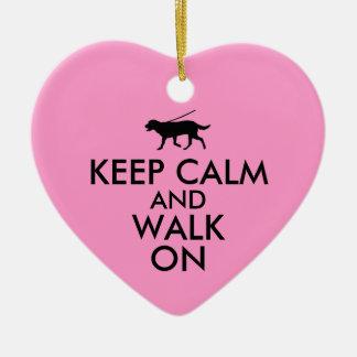 平静を保ち、犬の歩くのラブラドールで歩かせて下さい セラミックオーナメント