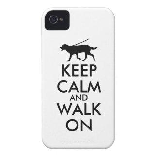 平静を保ち、犬の歩くのラブラドールで歩かせて下さい Case-Mate iPhone 4 ケース