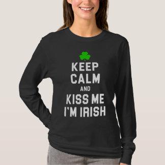平静を保ち、私によってがアイルランド語である私に接吻して下さい Tシャツ