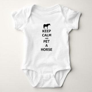 平静を保ち、馬をかわいがって下さい ベビーボディスーツ