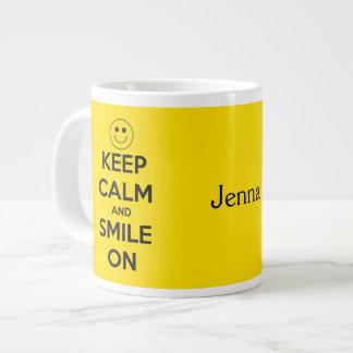 平静を保ち、黄色で微笑させて下さい ジャンボコーヒーマグカップ