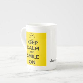平静を保ち、黄色で微笑させて下さい ボーンチャイナカップ