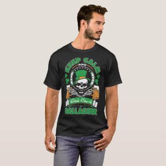 平静を保ち、Gallagherセントパトリックのティーのように飲んで下さい Tシャツ