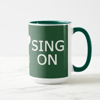 平静を保って下さい及びカスタムな色のマグで歌って下さい マグカップ
