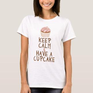 平静を保って下さい及びカップケーキを食べて下さい Tシャツ
