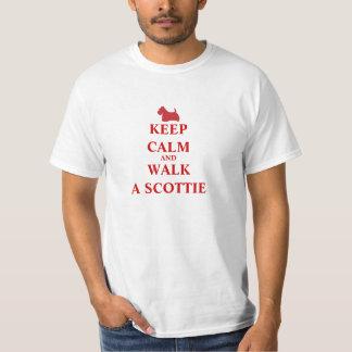 平静を保って下さい及びスコッチテリアのおもしろいのユーモアメンズTシャツ歩かせて下さい Tシャツ