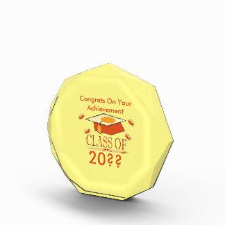 年のオレンジ黄色の卒業の帽子のクラス 表彰盾