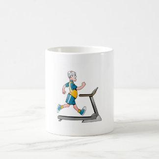 年長のフィットネスのトレッドミルのマグ コーヒーマグカップ