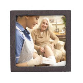年長の女性の足の包帯を包むことをに看護して下さい ギフトボックス