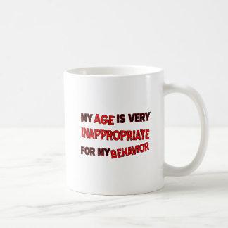 年齢の不適当な行動のおもしろマグカップ コーヒーマグカップ