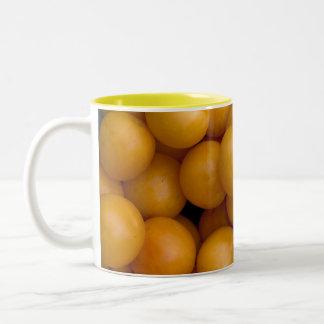 幸せで黄色いプラム ツートーンマグカップ