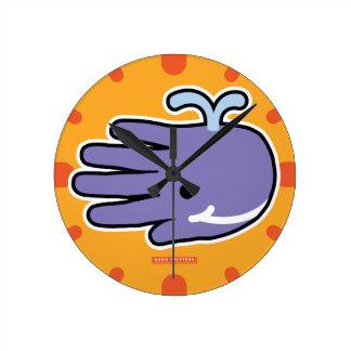 幸せなスマイルの紫色のクジラ ラウンド壁時計