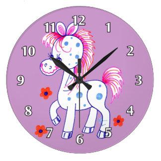 幸せなスマイルの青によって斑点を付けられる馬(紫色) ラージ壁時計