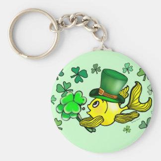 幸せなセントパトリックの日の金魚の緑のシャムロック キーホルダー