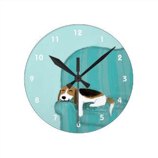 幸せなソファのビーグル犬-かわいい犬のデザイン ラウンド壁時計