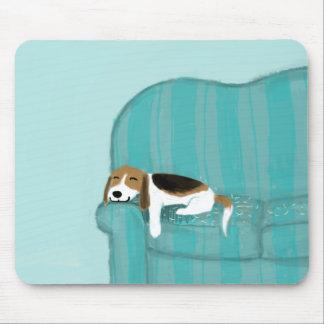 幸せなソファ犬-かわいいビーグル犬 マウスパッド