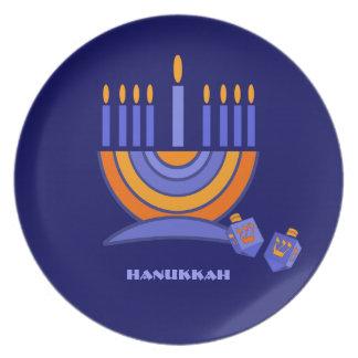 幸せなハヌカー。 (ユダヤ教)メノラーおよびDreidelsのデザインのプレート プレート