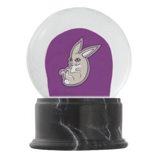 幸せなラベンダーのウサギのピンクの目インクスケッチのデザイン スノーグローブ